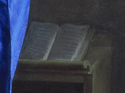 livre ouvert et drappé bleu